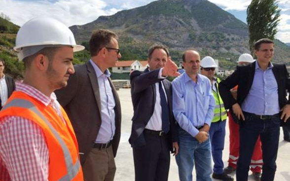 Ivo Germann, SECO head of operations, and Swiss Ambassador Christoph Graf talking to water utility management in Lezhë, Albania.