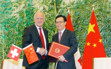 Swiss Federal Councillor Johann Schneider-Ammann and Chinese Minister of Commerce Chen Deming