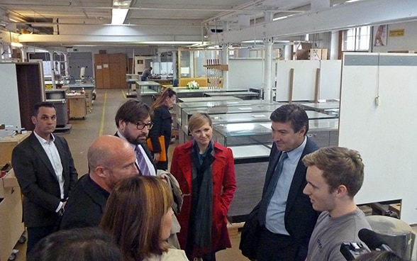 The Croatian minister talks to apprentices.