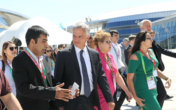 Federal Councilor Didier Burkhalter in conversation young people from Central Asia.