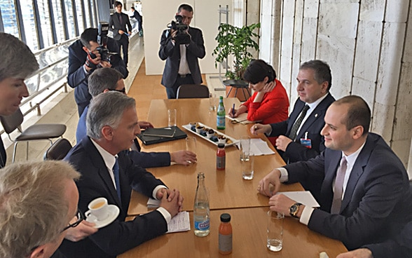 Didier Burkhalter speaks with Georgian Minister of Foreign Affairs Mikheil Janelidze.