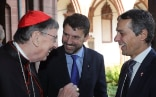 Alt-Text: Federal Councillor Ignazio Cassis speaks with Cardinal Curt Koch and Rev. Gottfried Locher, President of the Federation of Swiss Protestant Churches.