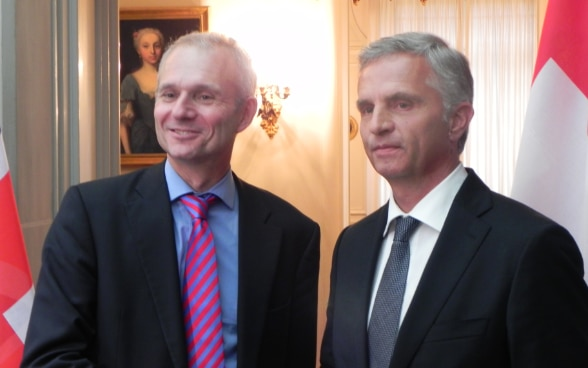 The President of the Swiss Confederation, Didier Burkhalter, and the British Minister of State for Europe, David Lidington, shake hands in Von Wattenwyl House in Bern. © FDFA