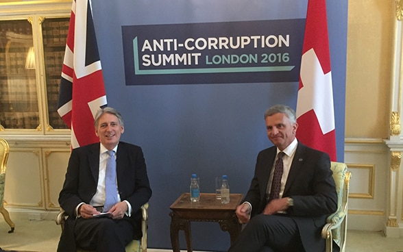 On the margins of the Anti-Corruption Summit in London Federal Councillor Didier Burkhalter held a number of bilateral talks, including with the British foreign secretary Philip Hammond. © FDFA