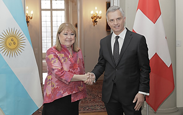 Head of the FDFA, Didier Burkhalter, shaking hands with this Argentine counterpart, Susanna Malcorra.