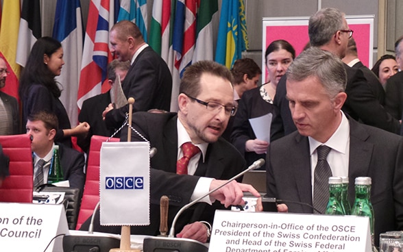Thomas Greminger, shown here in 2014 with the then OSCE Chairperson-in-Office, Federal Councillor Didier Burkhalter, was Switzerland's Permanent Representative to the OSCE from 2010 until 2015. © FDFA