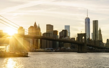 Skyline von Lower Manhattan, New York bei Sonnenuntergang.