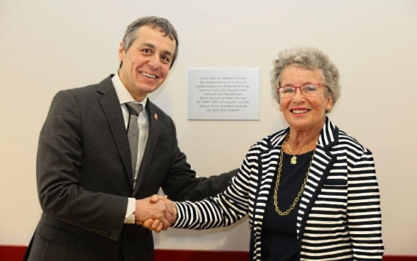 Federal Councillor Cassis shakes hands with Agnes Hirschi.