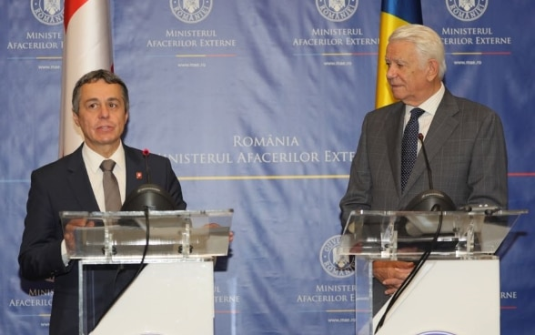 Federal Councillor Cassis meets Romanian Foreign Minister Teodor Meleșcanu. In the background are the flags of India and Switzerland.