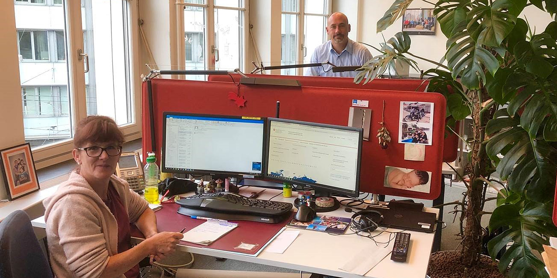 The FDFA Helpline in action. Photo of two members of the Helpdesk team in their office in Bern.