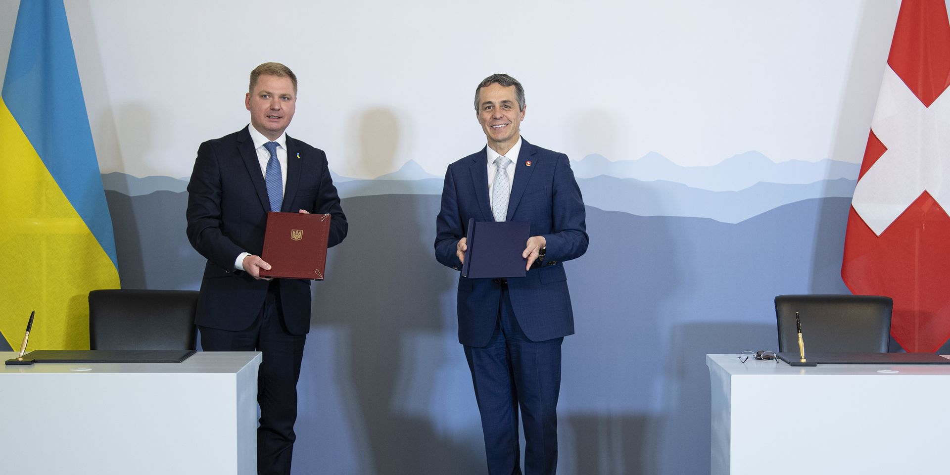 The Ukrainian Ambassador to Switzerland, Artem Rybchenko, and Federal Councillor Ignazio Cassis at the signing of the Memorandum of Understanding on 30 June 2020 in Bern.