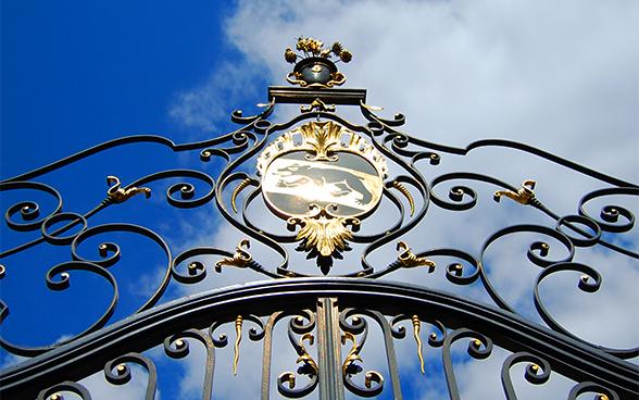 Позолоченные садовые ворота с гербом Берна