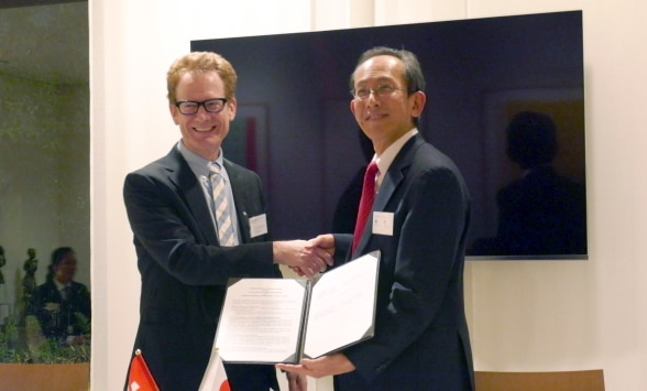 Prof. Schwarzenegger (left) and Prof. Kitsuregawa (right) shake hands after signing the MoU ©Embassy of Switzerland in Japan