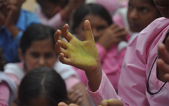 Colored markers make it possible to verify how effectively schoolchildren have washed their hands