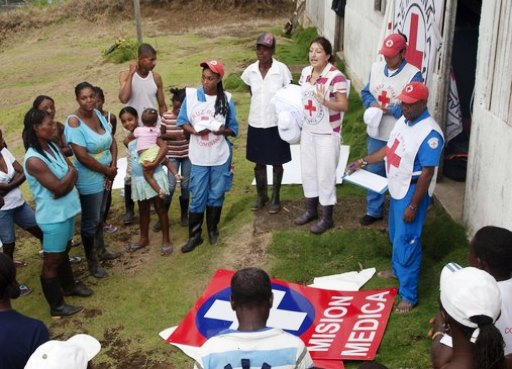 A group of Colombians listens to ICRC representatives.