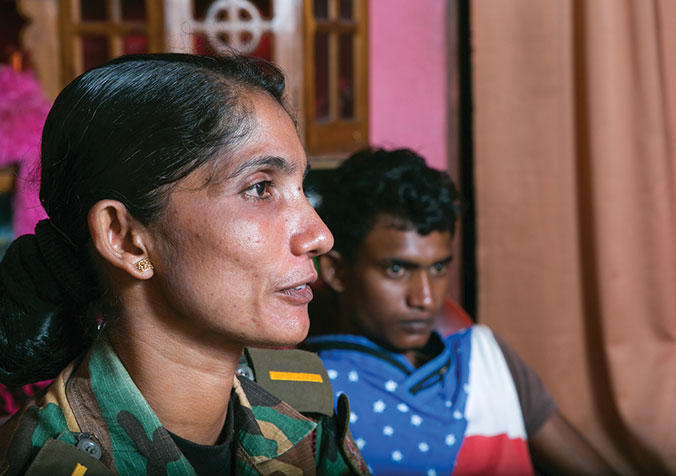 In 2004, Inoka Priyanjany and her son Lakhsan sought refuge in a temple to escape the deadly tsunami. A little later, Inoka found out she had cancer. Twice a survivor, today she is a deputy-commander in a Civil Defence Force unit, a paramilitary force attached to the police. © R.H. Samarakone/SDC