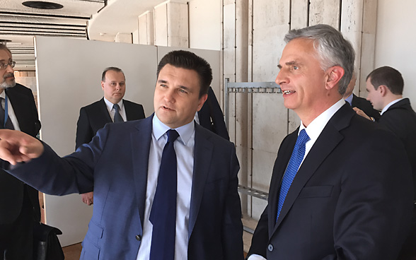 FDFA head Didier Burkhalter talks with Ukrainian Foreign Minister Pavlo Klimkin.