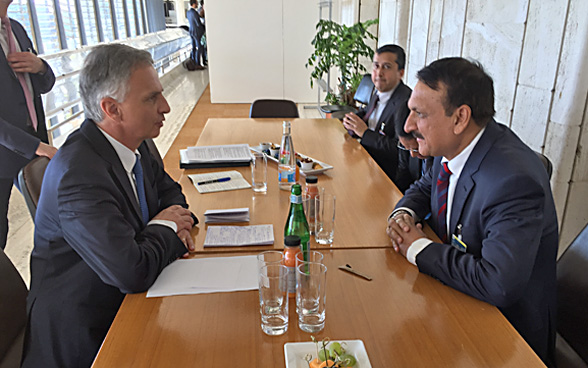 Didier Burkhalter speaks with Nepalese Foreign Minister Prakash Sharan Mahat.