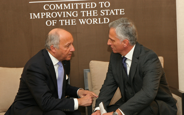 Federal Councillor Didier Burkhalter exchanging words with the French Foreign minister, Laurent Fabius. © FDFA