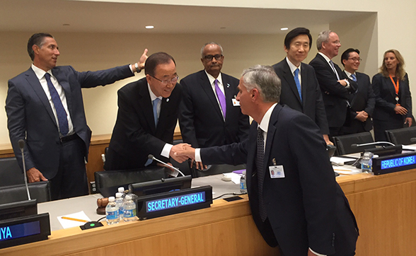 Didier Burkhalter shakes hands with UN Secretary General Ban Ki-moon. © FDFA