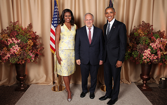 The President of the Swiss Confederation, Johann N. Schneider-Ammann poses with Barack et Michelle Obama.