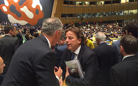Federal Councillor Didier Burkhalter greets Dutch Minister of Foreign Affairs Bert Koenders.