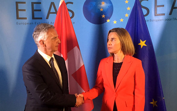Federal Councillor Burkhalter shaking hands with the EU High Representative for Foreign Affairs and Security Policy, Federica Mogherini, in the margins of the Brussels conference on Syria.