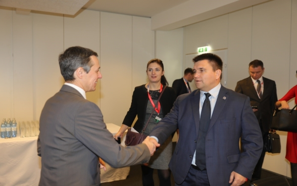 Federal Councilor Ignazio Cassis shakes hand with Pavlo Klimkin, Ukrainian Foreign Minister.